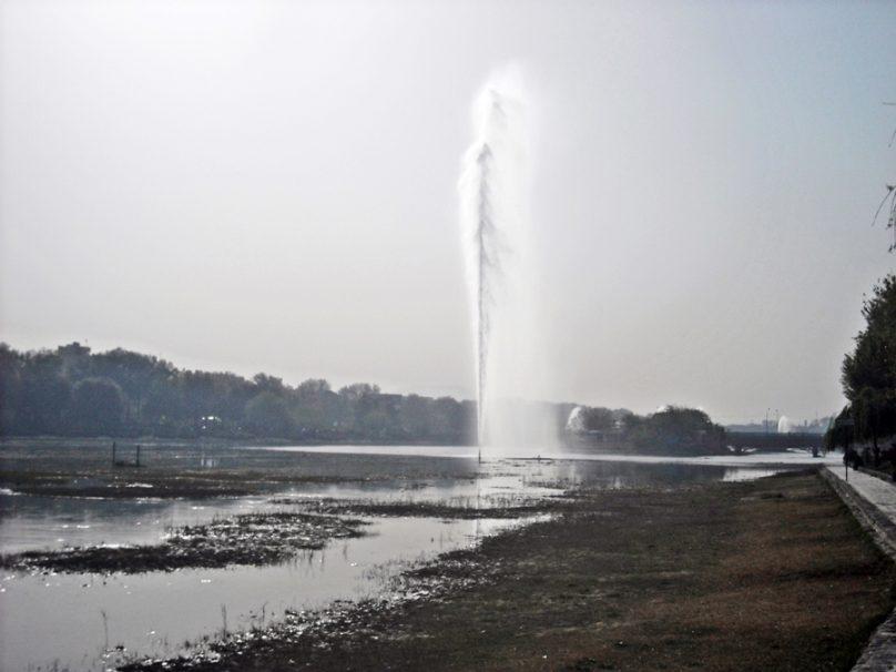 Surtidor del río Zayandeh (Isfahán, Irán)